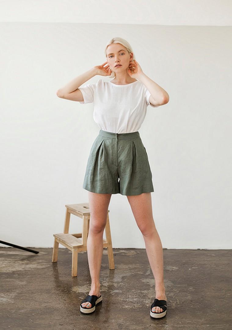 Linen shorts Agnes in moss green 2