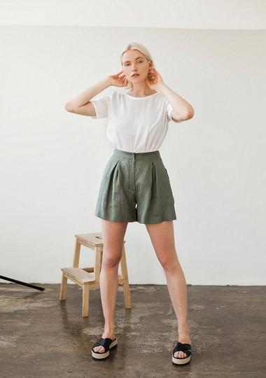 Linen shorts Agnes in moss green