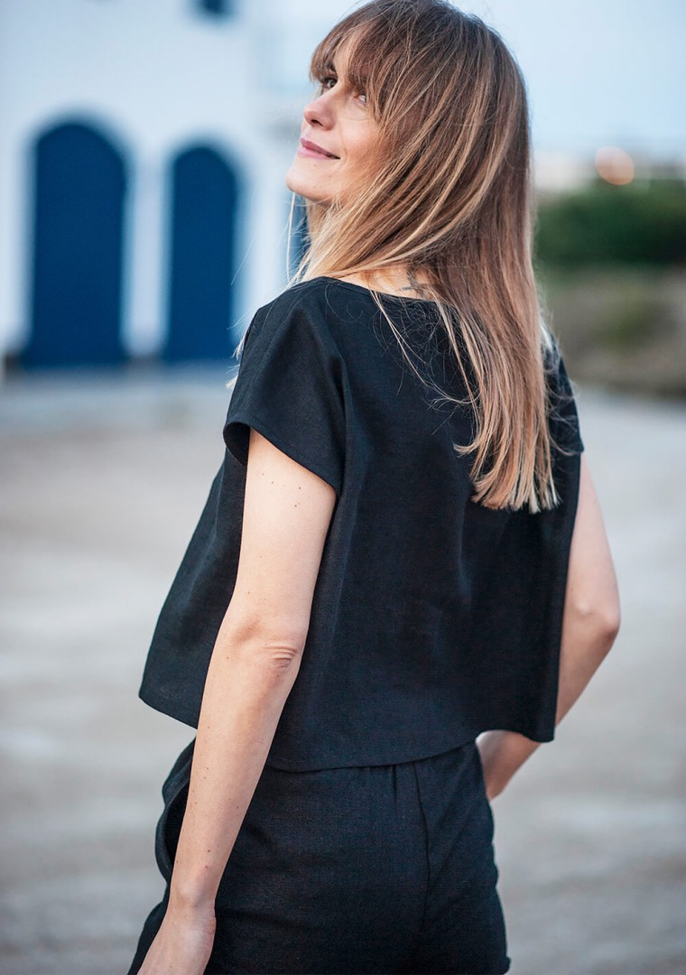 Linen crop top Berlin in black 2
